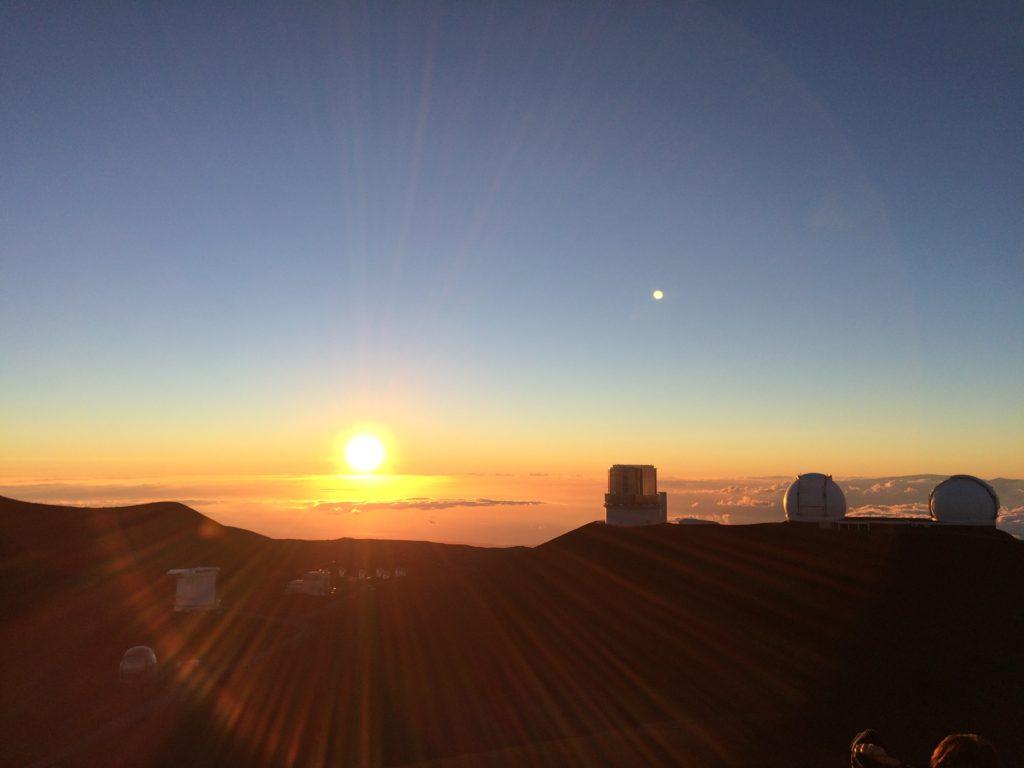 標高4205mの聖地マウナケア山頂からのサンセット
